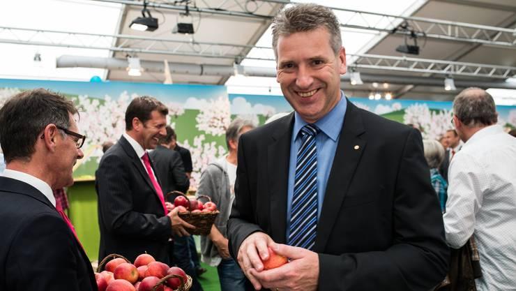 Hatte Biss: Die letzte Expo im Oktober 2014 erwies sich als Publikumsmagnet; OK-Mitglieder verteilen Äpfel, Gemeindeammann Daniel Suter greift zu.