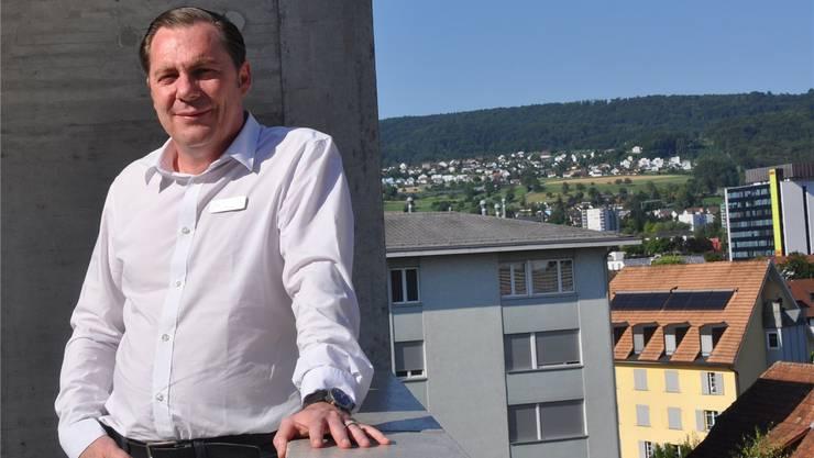 Gefängnisleiter ist für ihn ein Traumjob: Roland Zurkirchen auf der Terrasse des Gefängnisses Limmattal. BHI