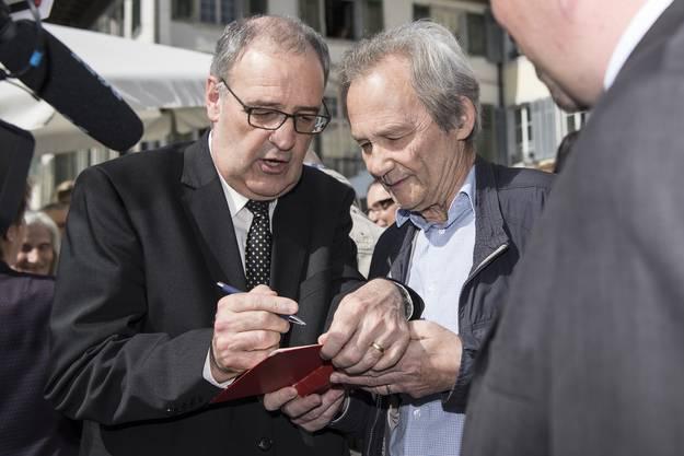 Autogrammstunde mit Guy Parmelin.