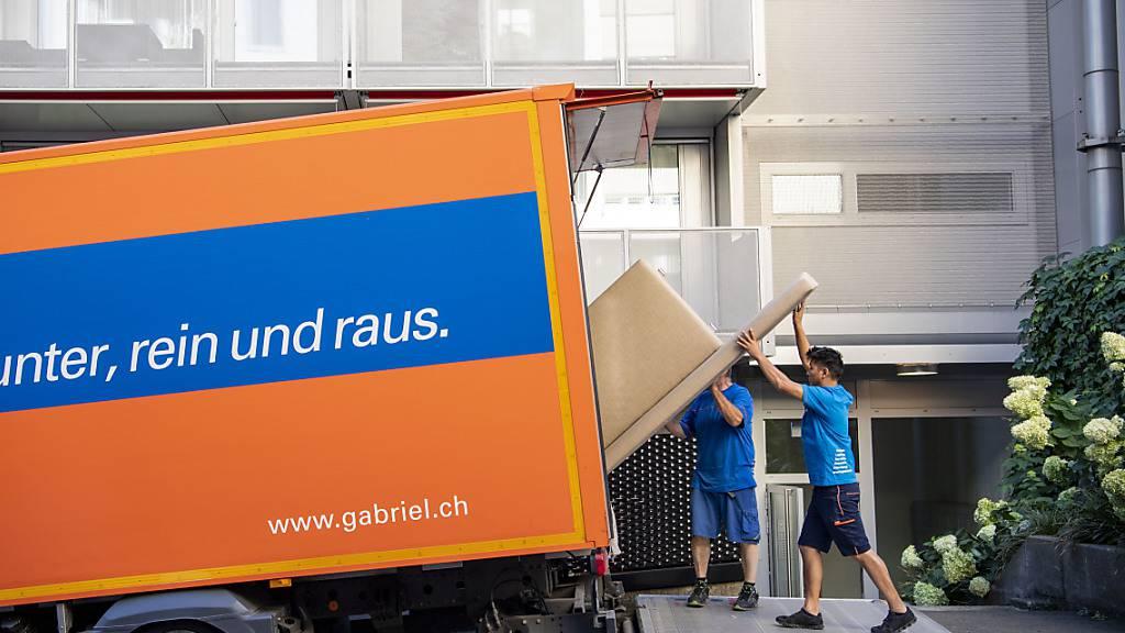 Die Zügelmänner von Gabriel Transport beim Zügeln einer Wohnung in der Stadt Luzern (Archivbild).