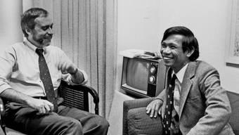 """Sydney H. Schanberg im Gespräch mit seinem Assistenten aus Kambodscha, Dith Pran, in seinem Büro bei der """"New York Times"""". (Aufnahme vom Januar 1980)"""