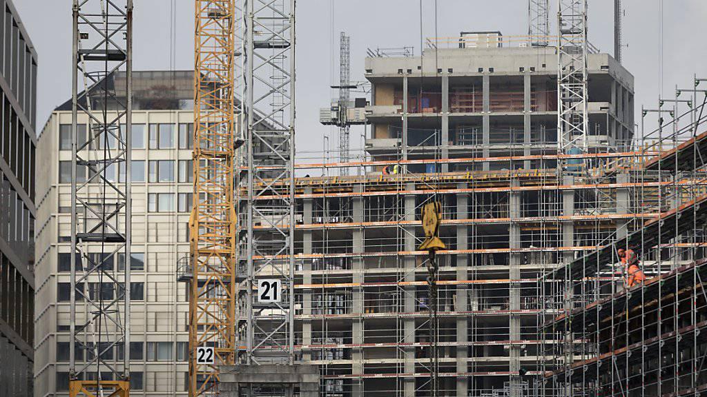 Beim Bau der Europaallee in Zürich ist es zu unnötigen und absurden Transporten von Fassadensteinen gekommen, kritisiert die Alpen-Initiative. (Archivbild)