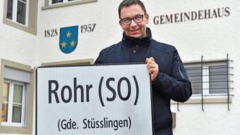 Georges Gehriger zeigt die neue Ortstafel von Rohr, auf der die Zugehörigkeit zu Stüsslingen sichtbar ist.