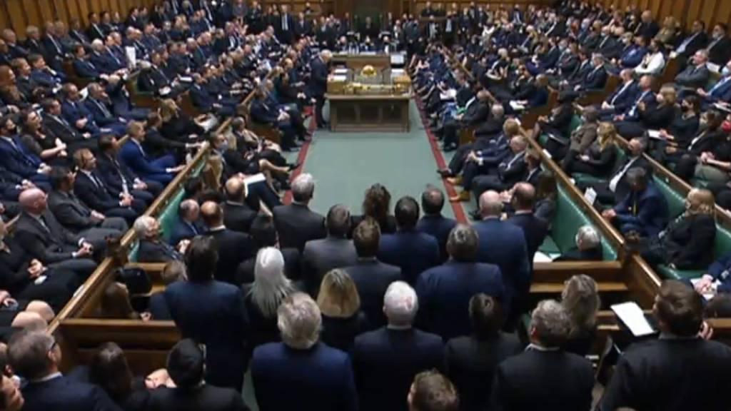 Schweigeminute für getöteten Tory-Abgeordneten im Londoner Unterhaus