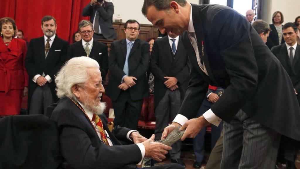 Spaniens König Felipe VI. (rechts) überreicht dem mexikanischen Schriftsteller Fernando del Paso den Premio Cervantes.