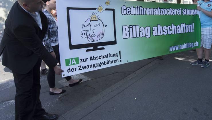 Die Vertreter der Jungen SVP und der Jungfreisinnigen wollen mit ihrer Initiative die Billag-Gebühren abschaffen (Archivbild).
