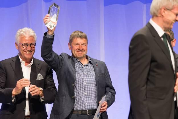 Paul Hediger (Gartencenter Lengnau AG) mit dem Preis.