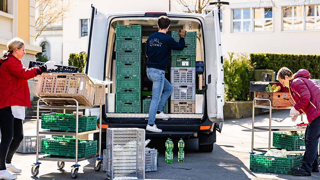 Dutzende Freiwillige engagieren sich für die Stiftung Schweizer Tafel und retten Tausende Tonnen nicht verkäufliche Lebensmittel vor dem Verfall.