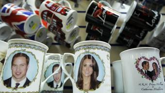 Neben Souvenirtassen aus Porzellan sind ab dem 18. März auch Kartonbecher und -teller mit Motiven zum Thema Königtum erhältlich (Archiv)
