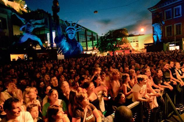 Baden in Festlaune: Festimpression vom Schlossbergplatz, ein Stimmungsbild aus dem Badenfahrtbuch 2007.  Michel Comte