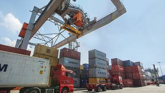 Die Schweiz hat im zweiten Quartal erneut deutlich mehr Waren und Dienstleistungen exportiert als importiert. (Archiv: Rheinhafen Kleinhüningen, Basel)