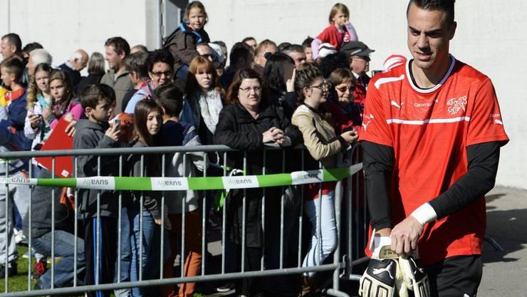 Goalie Diego Benaglio war beim Training ein gefragter Mann. HIer in Jona am Sonntag, 13. Oktober.