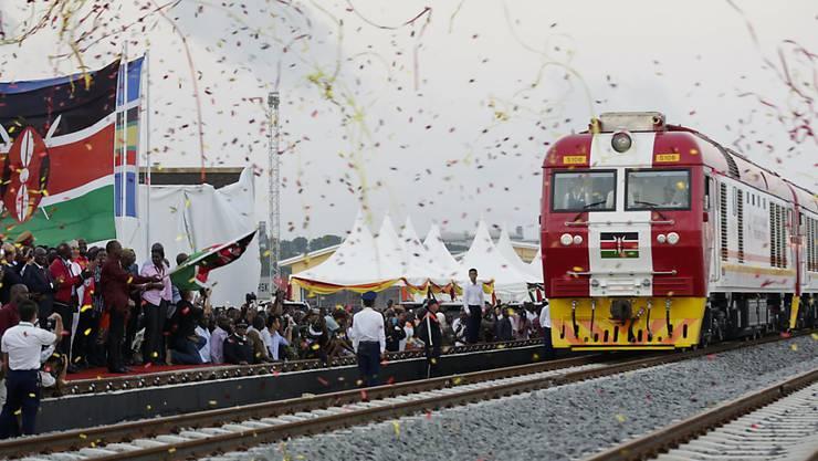Kenianer und Kenianerinnen feiern ihren neuen Zug.