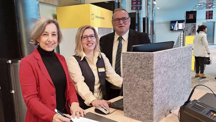 Bei der Einweihung: Stadträtin Angelica Cavegn, Infotheken-Mitarbeiterin Sandra Haller und Peter Hediger (v.l.). Dahinter ist mit dem gelben Dach der «Zalando»-Automat zu erkennen.
