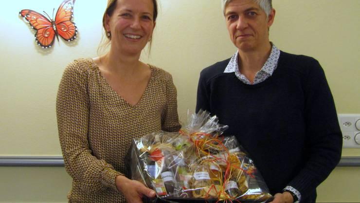 Vizepräsidentin Kathrin Schmid dankt der Jugendanwältin Barbara Altermatt mit eine Thaler Präsent für den Vortrag