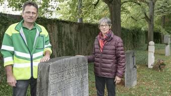 Yvonne Aellen und Patrick Goepfert von der Stadtgärtnerei sind Zeugen der neuen Begräbnis-Trends auf dem Hörnli.