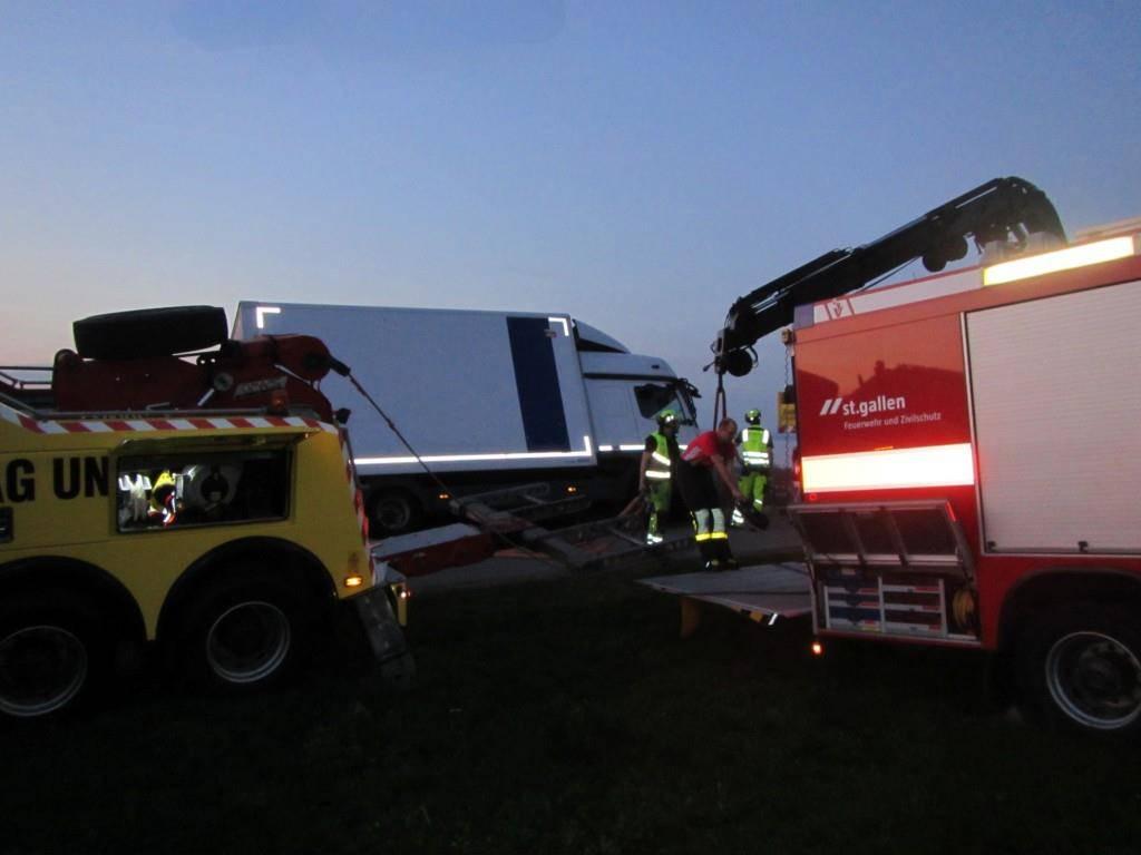 Der LKW musste aufwändig geborgen werden (© Stadtpolizei St.Gallen)