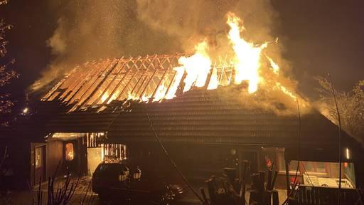 Bauernhaus brennt komplett nieder – Bewohner können sich retten