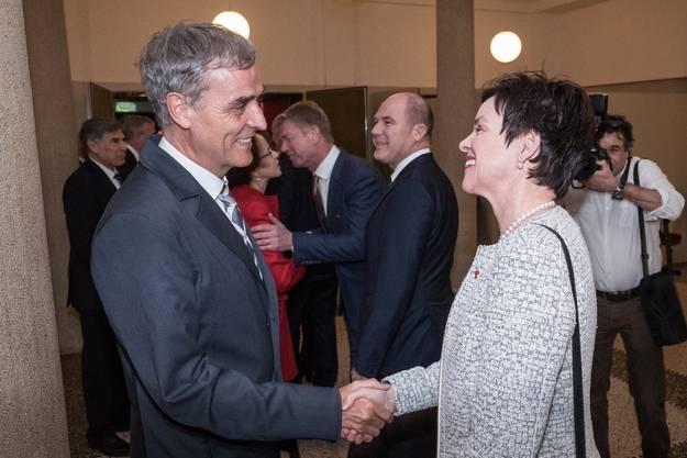 Die Regierung Basel-Stadt empfing die beiden Vertreter der Baselbieter Regierung, Monica Gschwind (vorne rechts) und Anton Lauber (hinten Mitte) mit Händedruck.