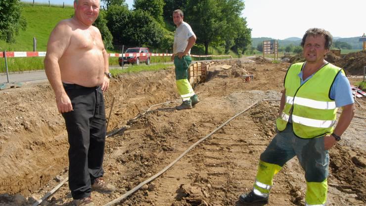Ein Platz an der Sonne: Die Bauarbeiter in Möhlin hatten gestern einen allzu warmen Arbeitsplatz. (Walter Schwager)