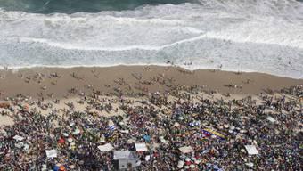 Gläubige warten an der Copacabana