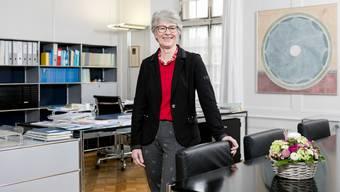 Im Büro von Yvonne Brescianini hängt das Bild «Zeitnetz» von Vreny Brand-Peter, ausgeliehen von der Galerie Zimmermannhaus.