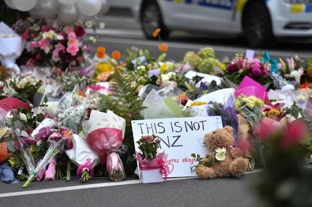 Unzählige Blumen für die Opfer liegen vor der Al Noor Masjid Moschee in Christchurch. Hier schlug der Attentäter zu.
