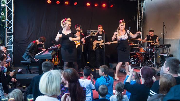 Powerstimme Nicole «The Voice» Bernegger (r.) und ihre Musiker sorgten für Soulstimmung am Aareufer.