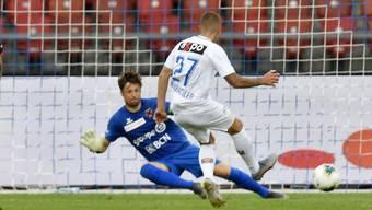 FCZ-Offensivspieler Marco Schönbächler bezwingt Xamax-Goalie Laurent Walthert