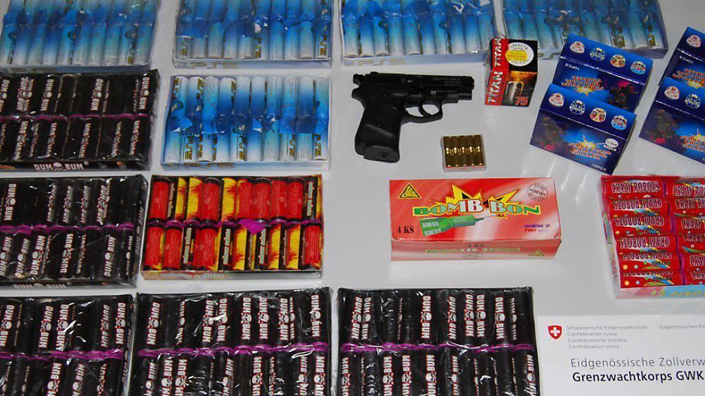 Eine Schreckschusspistole mit Munition und fast sechs Kilogramm Feuerwerk wurde bei einer Kontrolle an der Grenze in Kreuzlingen sichergestellt.