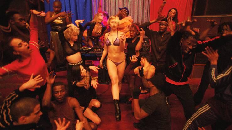Die jungen Tänzerinnen und Tänzer in «Climax» feiern ausgelassen das Ende ihrer Proben, bis die Stimmung umschlägt.