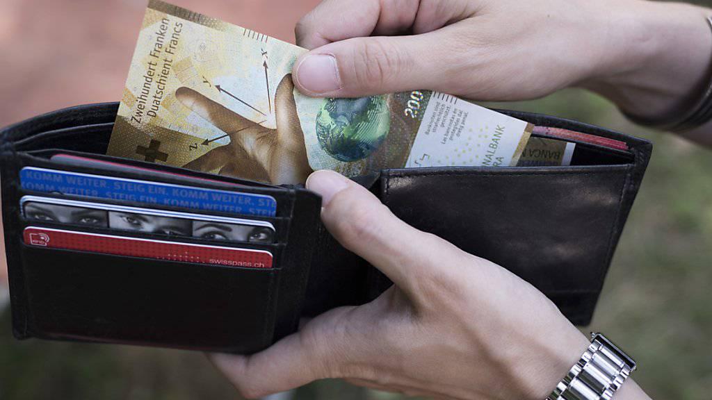 Trotz Lohnerhöhung hatten die Schweizer Angestellten 2018 «weniger Geld» im Portemonnaie als 2017. (Symbolbild)
