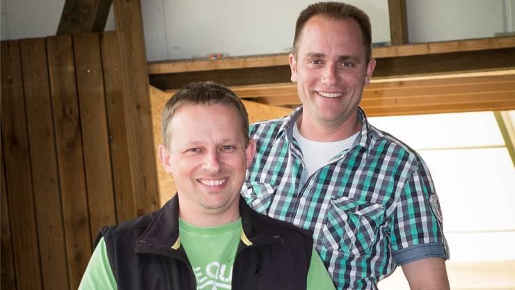 Die beiden OK-Mitglieder Matthias Haller (vorne) und Christian Schweizer auf der neuen Brücke zwischen Eishalle und Zelt. psi