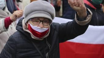 Eine ältere Frau protestiert während einer Kundgebung der Opposition gegen die offiziellen Ergebnisse der Präsidentschaftswahlen. Bei den Protesten von Senioren gegen den Machthaber Lukaschenko sind nach Angaben von Menschenrechtlern mehr als 70 Menschen festgenommen worden. Foto: AP/dpa