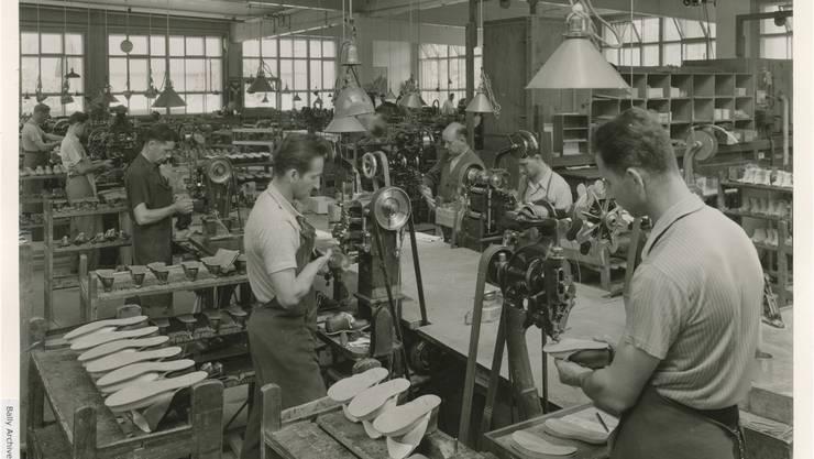 Bilder aus der Blütezeit der Gelterkinder «Baali» zeigen: Für die Schuhproduktion waren viele Hände nötig. Copyright Bally Archiv