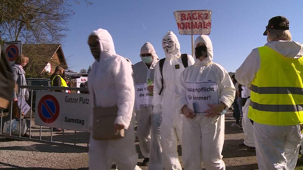 Rund 1500 Personen protestieren im Aargau gegen die Corona-Massnahmen