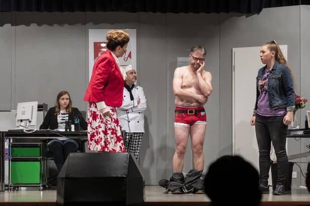 Svenja Leutwiler als Beatrice Dannemann, Jeannine Hohl als Silvia Ryser, Beat Müller als Klaus Lehmann, Thomas Senn als Bernhard Ryser, und Alexandra Weber als Lisa Ryser (von links).