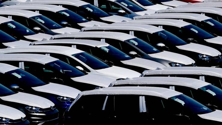 Die deutschen Exporte sind wegen der Corona-Krise so drastisch eingebrochen wie seit mindestens 30 Jahren nicht mehr. Die Ausfuhren sanken im März um 11,8 Prozent zum Vormonat, weil unter anderem die wichtige Autoindustrie viel weniger verkaufte. (Archivbild)