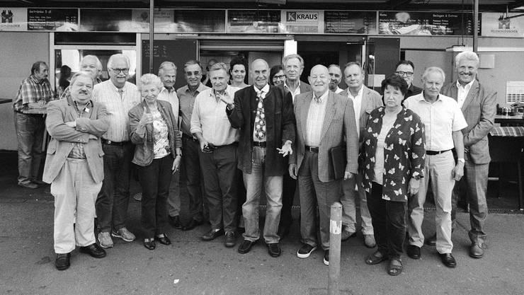 Die Zürcher SVP-Senioren vor dem «Biergarten»: In der Mitte Milieu-Anwalt Valentin Landmann, links von ihm Bob-Olympiasieger Erich Schärer.