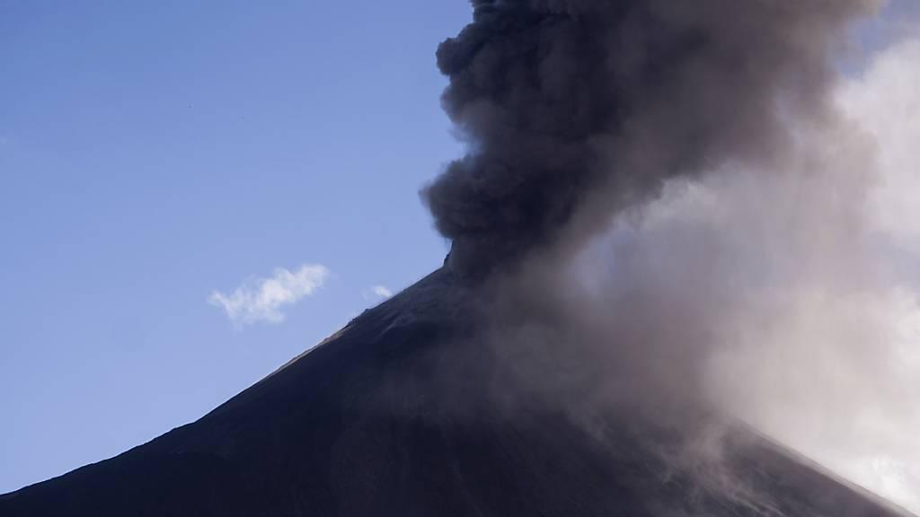 Vulkan Pacaya in Guatemala spuckt Lava und Asche