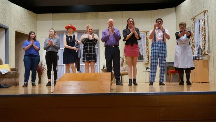 Das Kolping-Theater-Ensemble empfängt den Applaus
