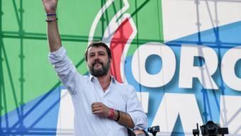 Lega-Chef Matteo Salvini führt in Rom eine Demonstration des Mitte-Rechts-Lagers gegen die Regierung an.