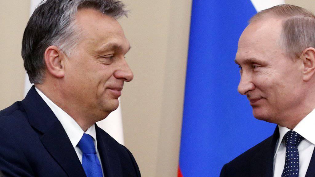 Der ungarische Regierungschef Viktor Orban (links) und der russischen Präsident Wladimir Putin (rechts) demonstrierten in Moskau gute Beziehungen.