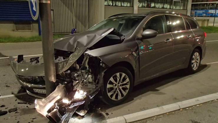 Auf Höhe der Kreuzung beim Baumarkt Jumbo prallte der Fahrer mit seinem Wagen gegen die Strassenlampe.