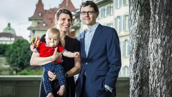 Das Gespräch wurde auf neutralem Boden, auf der Berner Münsterplattform, geführt Sibylle Stillhart mit Baby Giosch Antonin und Ehemann Gieri Cavelty. Chris Iseli