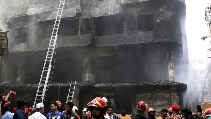 Bei einem Brand in der Hauptstadt Bangladeschs sind dutzende Menschen ums Leben gekommen.