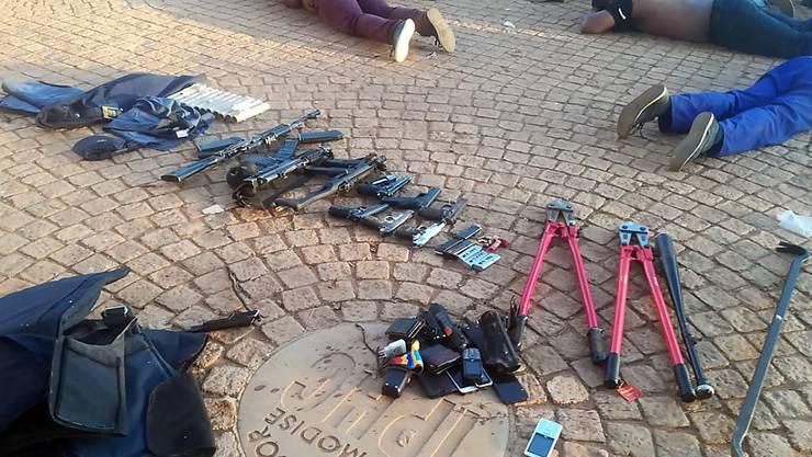 MIndestens fünf Tote und mehrere Verletzte: Beschlagnahmte Waffen und verhaftete Verdächtige vor der Kirche in Zuurbekom im Westen von Johannesburg. (Polizeifoto)