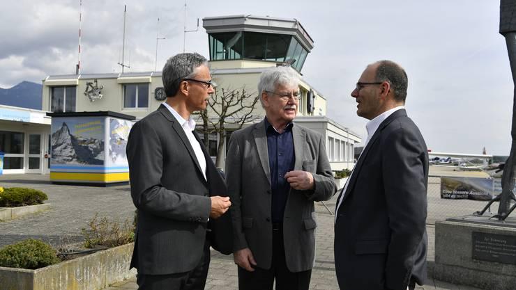 Jürg Hänni von Skyguide, Projektleiter René Meier und Flughafendirektor Ernest Oggier unterhalten sich über das Pilotprojekt.