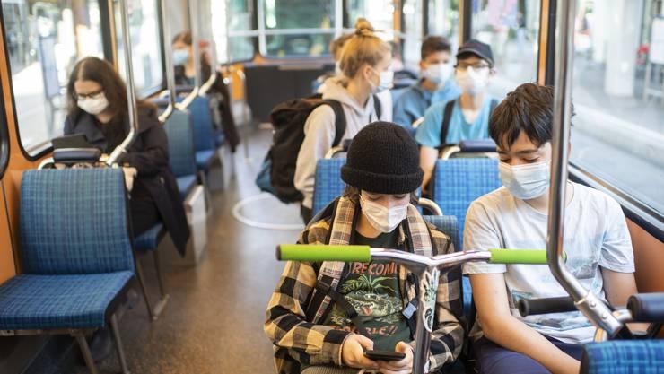 Zürich - im Tram: Alle tragen eine Maske.