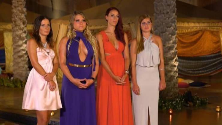 """Für Laura (ganz links) hatte """"Bachelor"""" Janosch Nietlispach keine Rose. Arina, Kristina und Vesna (von links) hingegen freuen sich auf die Finalsendung. (Screenshot 3+)"""